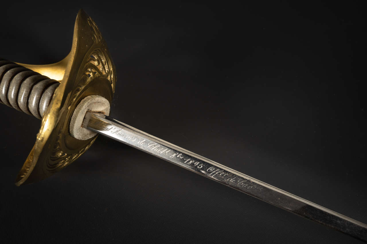 Inscription sur la lame : sabre d'officier de cavalerie 1896 (n° d'inv 1995.156)